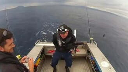 Смотреть Рыба борется с рыбаком