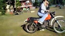 Смотреть Девушка и мотоцикл