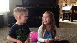 У мамы в животе братик или сестра! смотреть видео прикол - 1:47