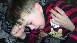 Смотреть Мальчик плачет из-за исхода гонки
