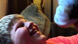 Сюрприз от младшего брата смотреть видео прикол - 0:11