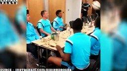 Смотреть Разминка перед обедом у футболистов