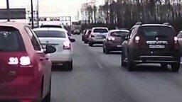 Поединок с одиноким колесом на шоссе смотреть видео прикол - 1:08