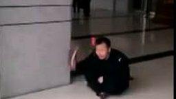 Жестокий розыгрыш охранника смотреть видео прикол - 0:09
