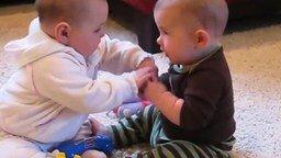 Смотреть Два малыша и соска