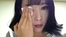Смотреть Кореянка смывает макияж...