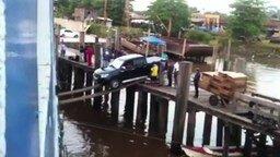 Смотреть Рисковая транспортировка машины на судно