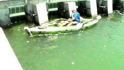 Смотреть Рыбак против окуня весом в 250 кг