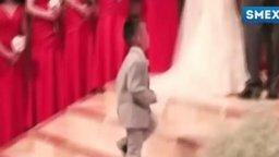 Смотреть Мальчик дал пять священнику