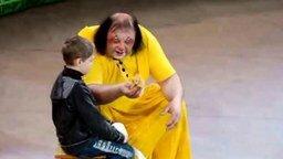 Смотреть Клоун шокирует мальца