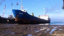 Смотреть Десятка эффектных аварий кораблей