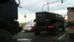 Смотреть Военная техника на дороге