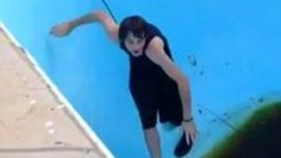 Смотреть Неудачная пробежка в пустом бассейне