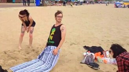 Смотреть Чтобы не было скучно на пляже