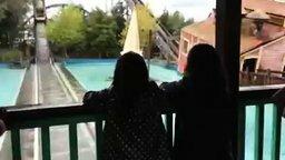 Смотреть Девочку смыло напором воды