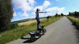 Смотреть Девушка на мотоцикле