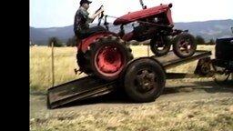Несколько казусов с тракторами смотреть видео прикол - 1:20