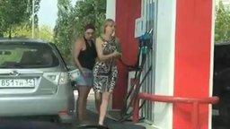 Смотреть Две девушки заправляются