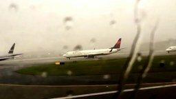 Смотреть В самолёт ударяет молния