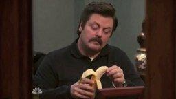 Смотреть Как мужчина ест банан