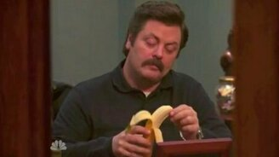 Как мужчина ест банан смотреть видео прикол - 0:24