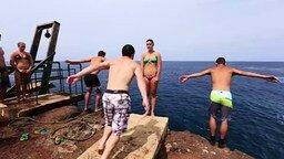 Смотреть Красивый массовый прыжок в воду