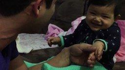 Смотреть Малыш не хочет стричь ногти