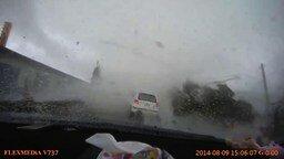 Смотреть Торнадо похитило машину