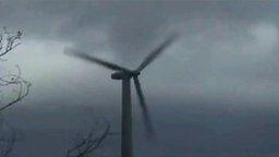 Смотреть Ветрогенератор против урагана