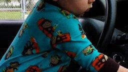 Смотреть Малыш-меломан стоит за рулём
