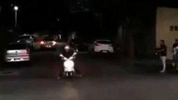 Смотреть Звук спортивного мотоцикла у скутера