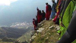 Смотреть Экстремалы-прыгуны с гор