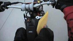 Смотреть Мотоциклист: трюк с грузовиком