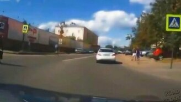 Смотреть Приятная вежливость пешеходов