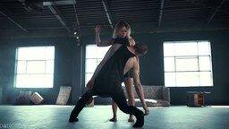 Смотреть Эмоциональный танец пары