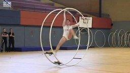 Смотреть Танец гимнастки на колесе