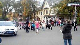 Смотреть ГАИшник танцует с детьми