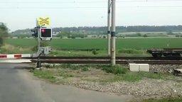 Смотреть Стоим на железнодорожном перерезде, а тут...