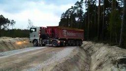 Смотреть Разворот грузовика на узкой дороге