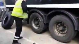 Мастерская смена грузовой шины смотреть видео прикол - 2:10
