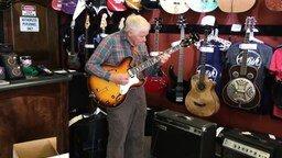 Смотреть Дедушка проверяет гитару