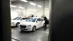Смотреть Две девушки забирают машину из сервиса