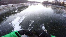 Смотреть Зимнее развлечение на ледяном озере
