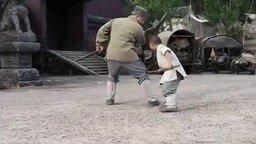 Мальчик учит Джеки Чана смотреть видео прикол - 1:52