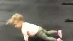 Маленькая ловкая спортсменка смотреть видео прикол - 0:46