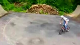 Смотреть Велосипедист повис на дереве