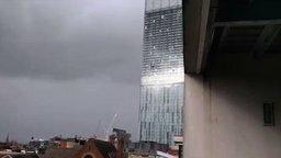 Смотреть Здание воет от ветра