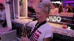 Смотреть Задорная саксофонистка