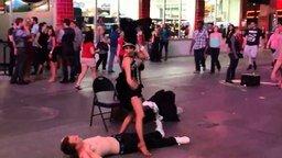 Смотреть Казус во время уличного танца