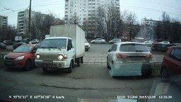 Трамвай уложил грузовичок смотреть видео прикол - 0:46
